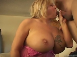 Ample breasted cougar slut gets her plump pussy licked by young man