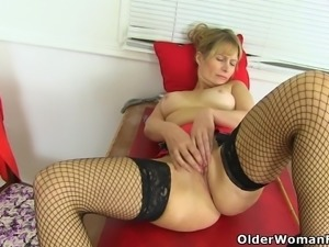 British milf Lelani strips off and fucks herself