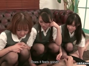 Emiri Asaki and her friends know how to use their sexy feet